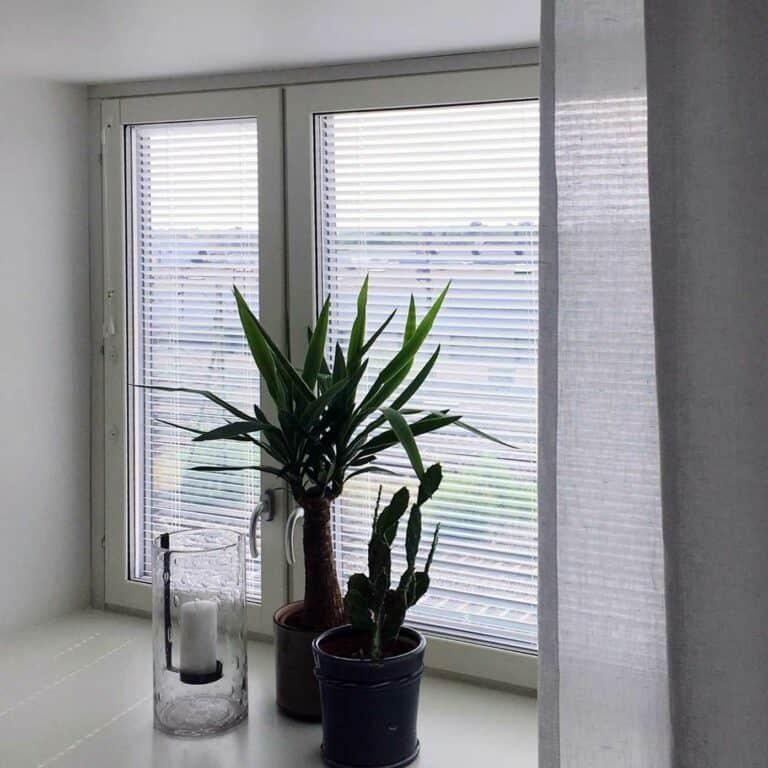 Aluminiumpersienner mellan fönster