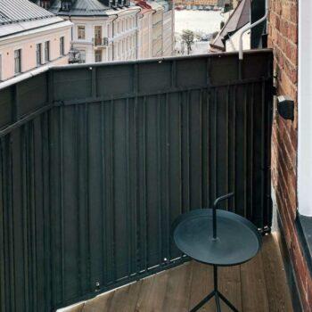 Balkongskydd monterat på Östermalm