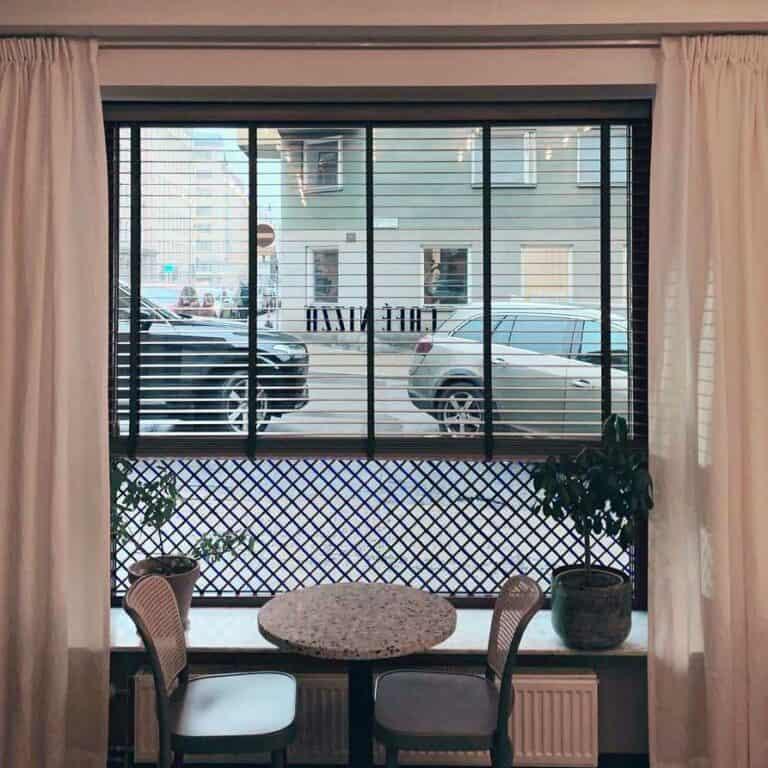 Träpersienner monterade på Café Nizza på Södermalm