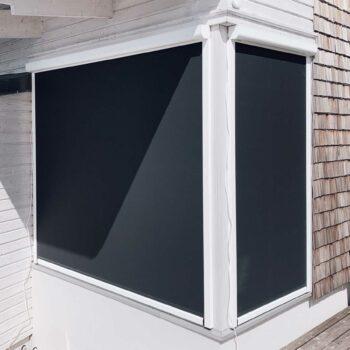 Vertikalmarkiser monterade utanpå fönster mot solen